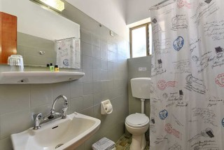 apartment ionis hotel bathrom